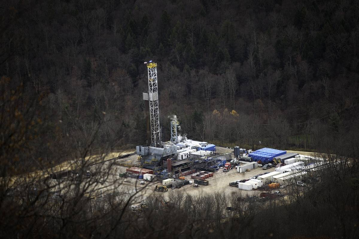 Gallery Shale play drilling rig and well pad 2014 photo by steven rubin